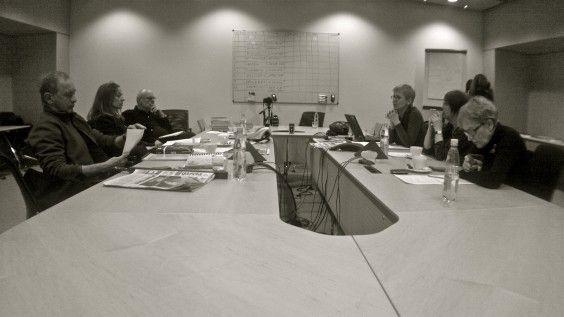 Jury podczas obrad. Od lewej: M. Zaremba Bielawski, J. Bator, M. J. Drygas, B. Dudko (sekretarz nagrody), I. Smolka i przewodnicząca jury M. Szejnert. Fot. Cezary Ciszewski/Miasto w komie